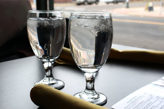 water-glasses-on-restaurant-table